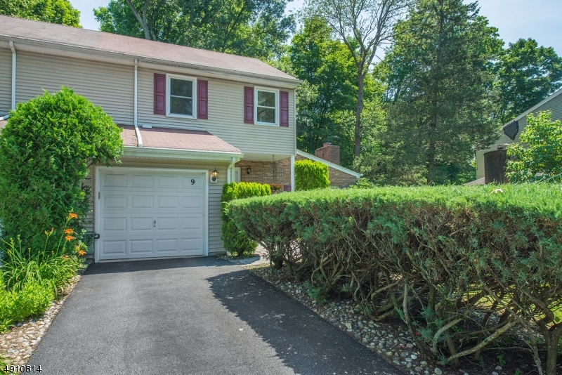 9 HERITAGE MANOR DR-19